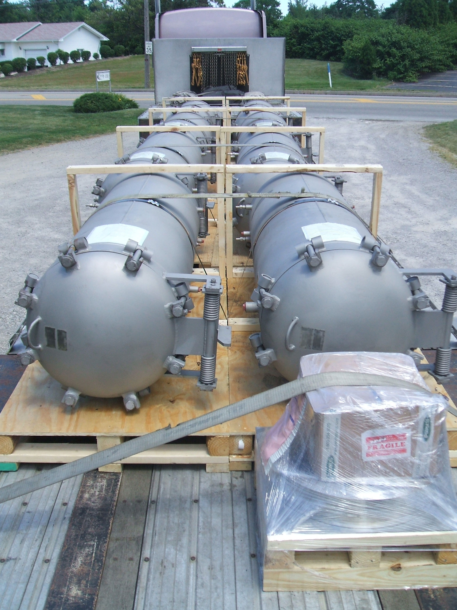 Pressure vessels with quick opening closures